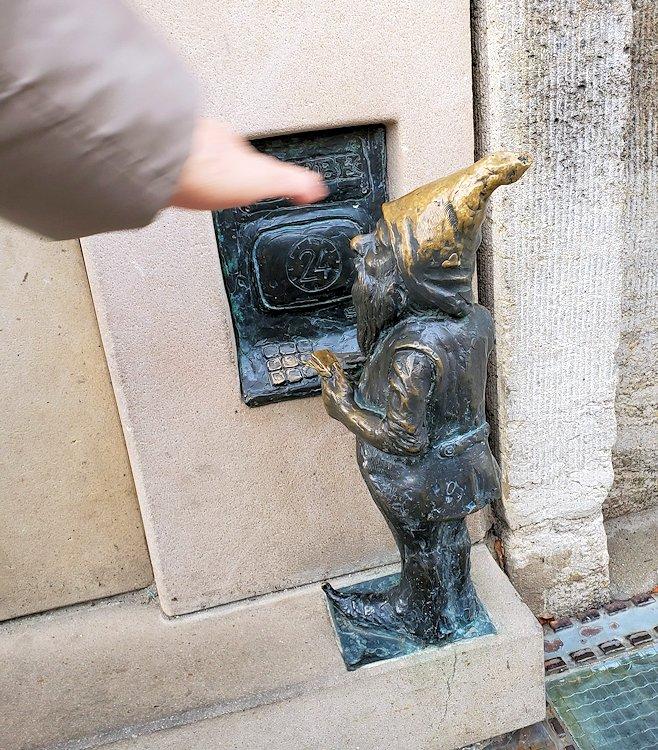 ヴロツワフの旧市街地で最初に発見した小人像
