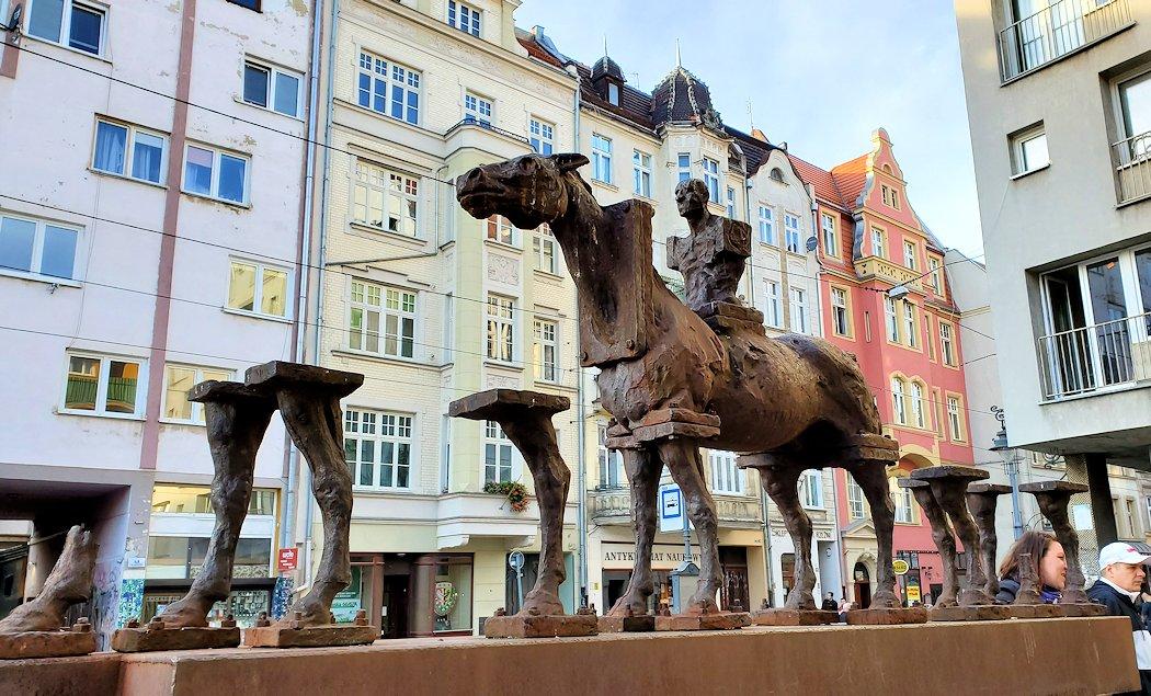 ヴロツワフの街の馬の像にはパーツが欠けている
