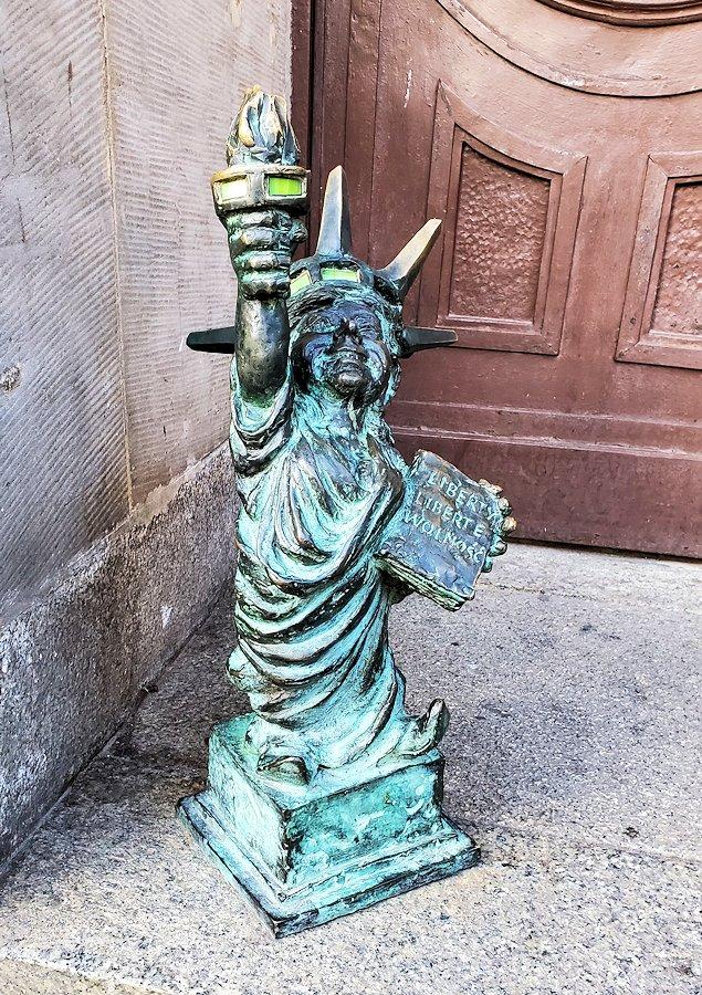 自由の女神風な小人像