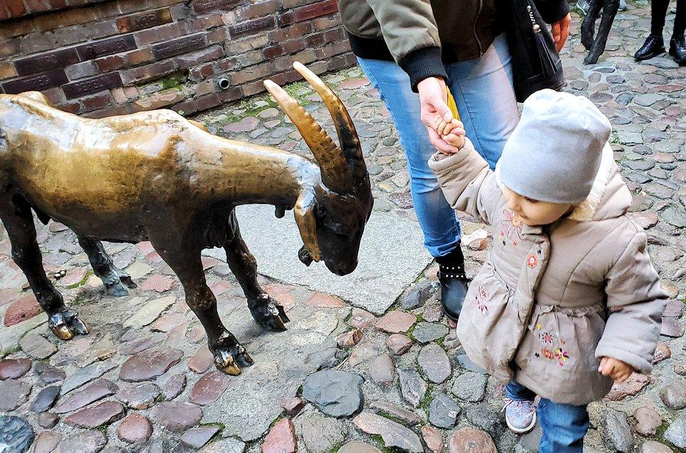 動物の像に興味の視線を向ける小人2