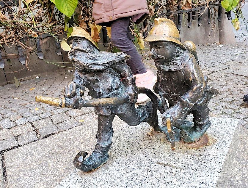 消防活動に励む小人像