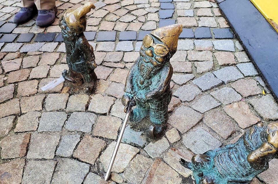 3体の小人像には杖を付いているのも