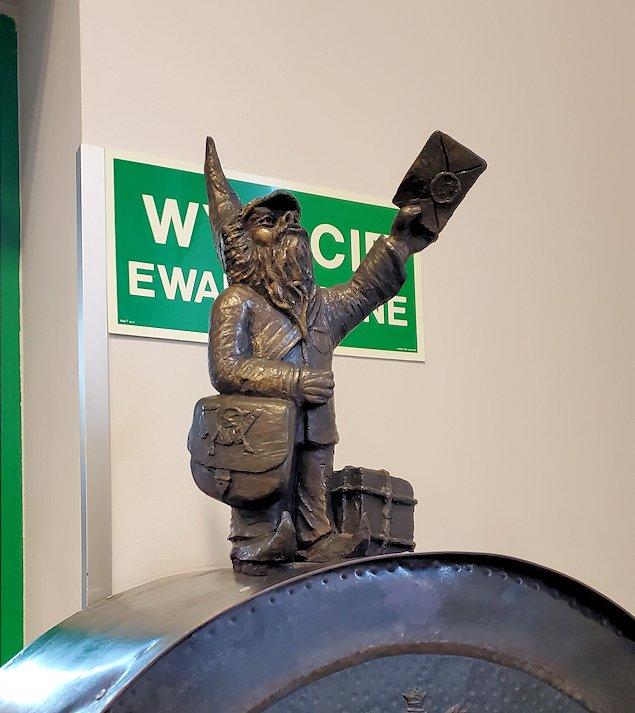 郵便局に勤める小人像