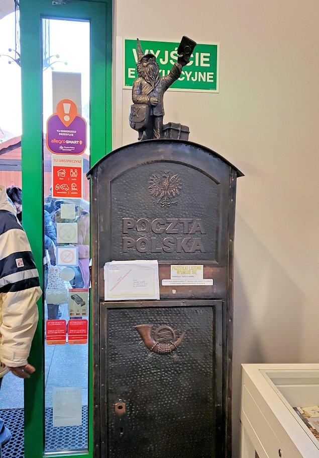 郵便局に勤める小人像は郵便ポストの上に