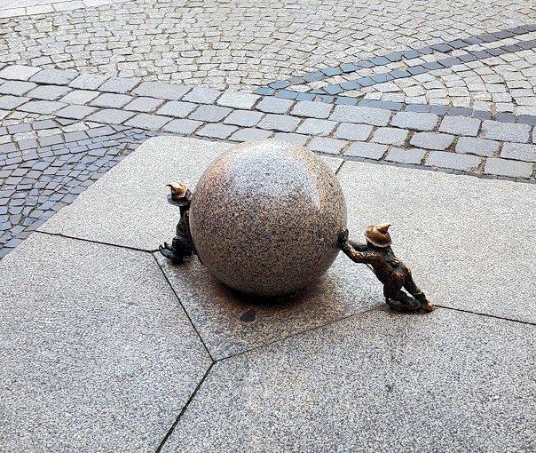 石を押し合う小人像を上から見る