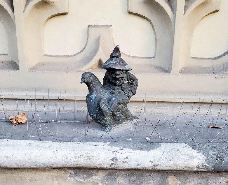 鳩使いの小人像