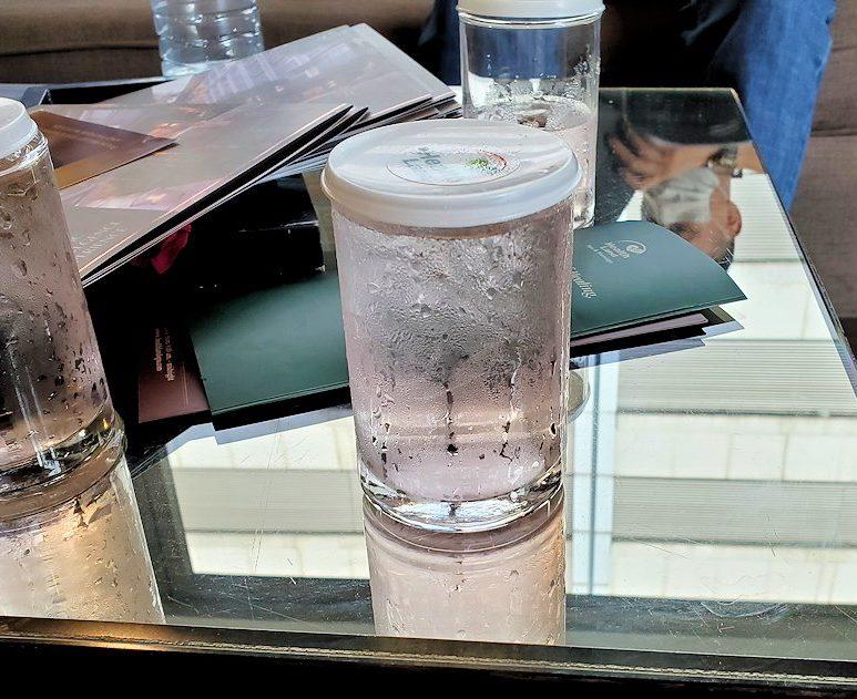ヘルスランドの待合室にあったお水