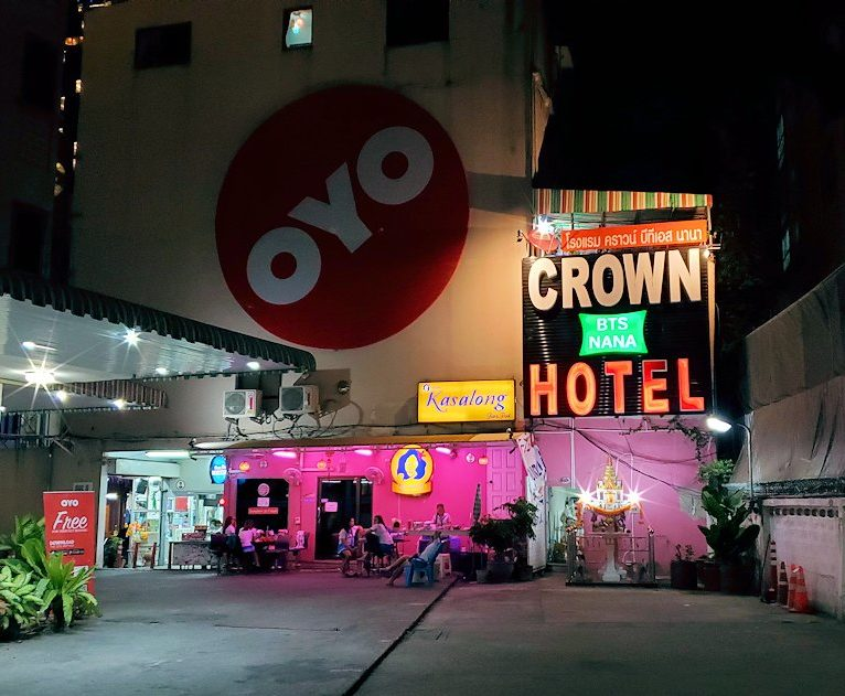 「OYO 299 クラウン Bts ナナ ホテル」の外観