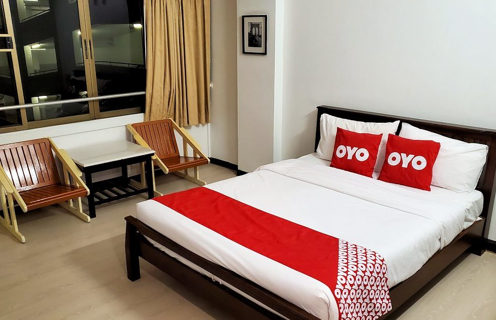 「OYO 299 クラウン Bts ナナ ホテル」の部屋のベッド