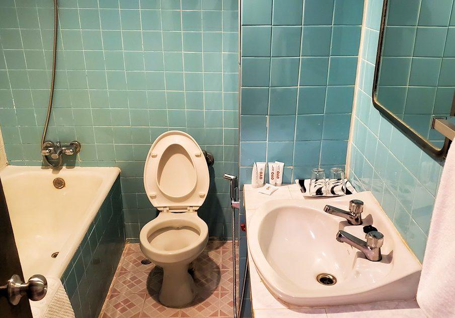 「OYO 299 クラウン Bts ナナ ホテル」の洗面所&トイレ