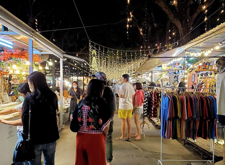 バンコク:ナーナー駅近くの露店が出ている広場へ入る