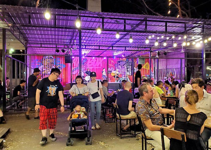 バンコク:ナーナー駅近くの露店が出ている広場で演奏をしていたステージ
