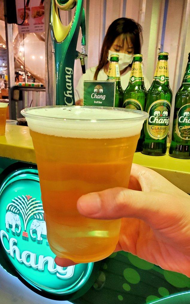 バンコク:ナーナー駅近くの露店が出ている広場でビールを頼む