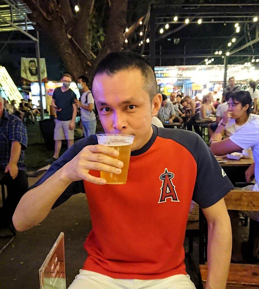 バンコク:ナーナー駅近くの露店が出ている広場でビール飲むボク