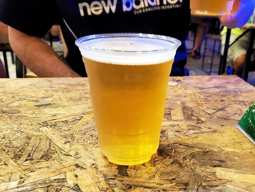 バンコク:ナーナー駅近くの露店が出ている広場でビール