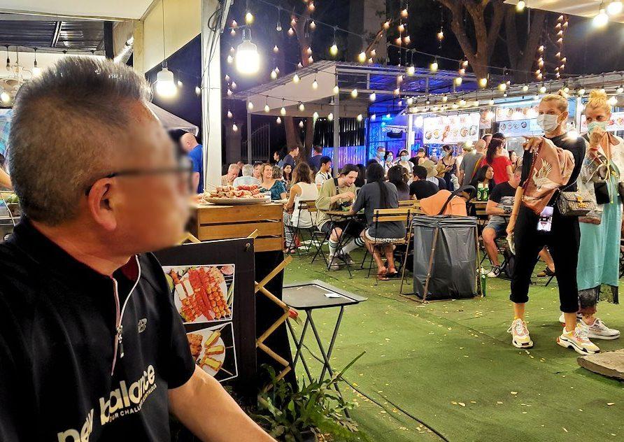 バンコク:ナーナー駅近くの露店が出ている広場を眺めるおじさん