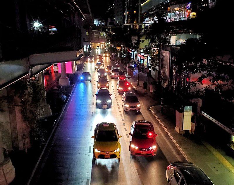 バンコク市内の夜の道路を眺める