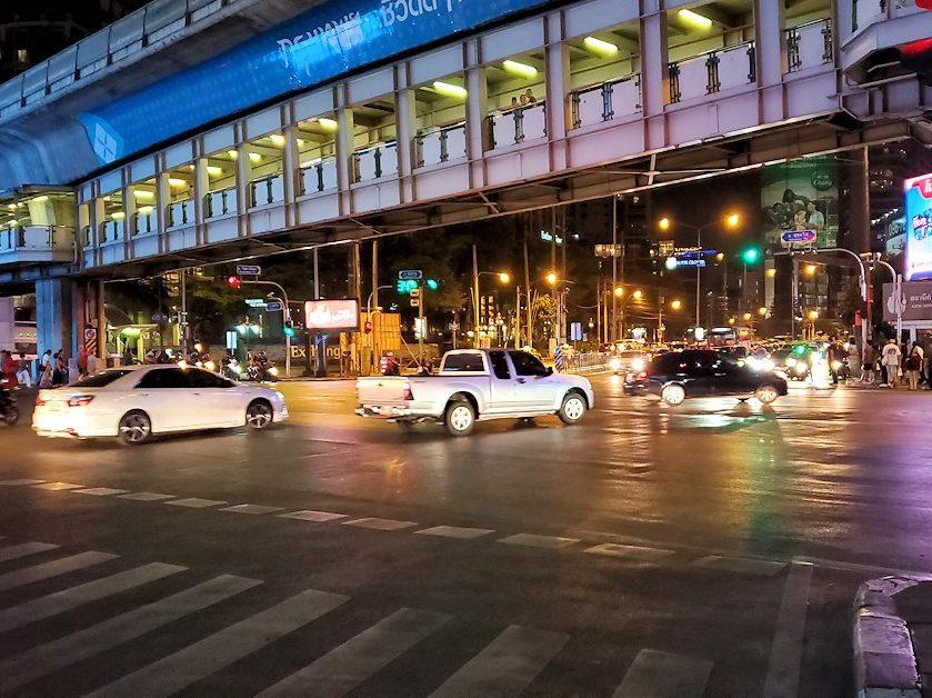 バンコク市内の夜の道路を眺める-3