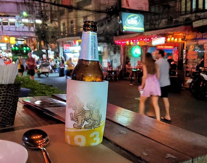 バンコク市内の夜の道路を眺める-