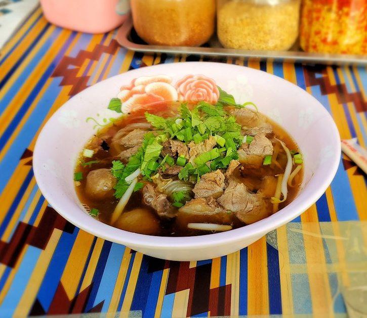 バンコク市内の屋台で麺料理である「クワイチャップ」を朝食として食べる