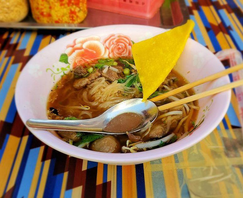 バンコク市内の屋台で麺料理である「クワイチャップ」を朝食として食べる2