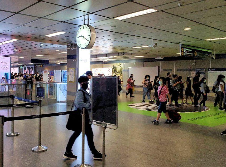 バンコク市内で地下鉄に乗って移動する-2