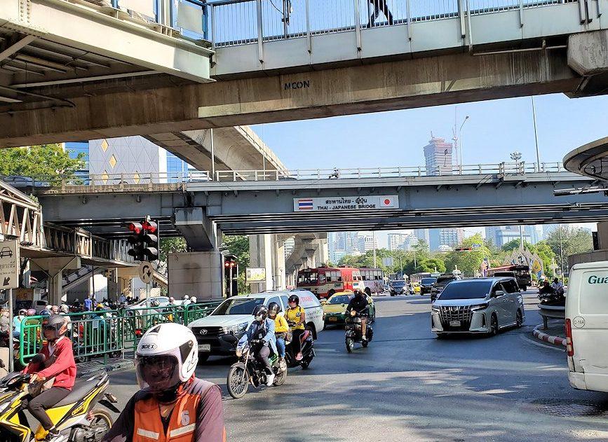 バンコク市内で地下鉄「シーロム駅(Si Lom)」を上がった場所にあった陸橋