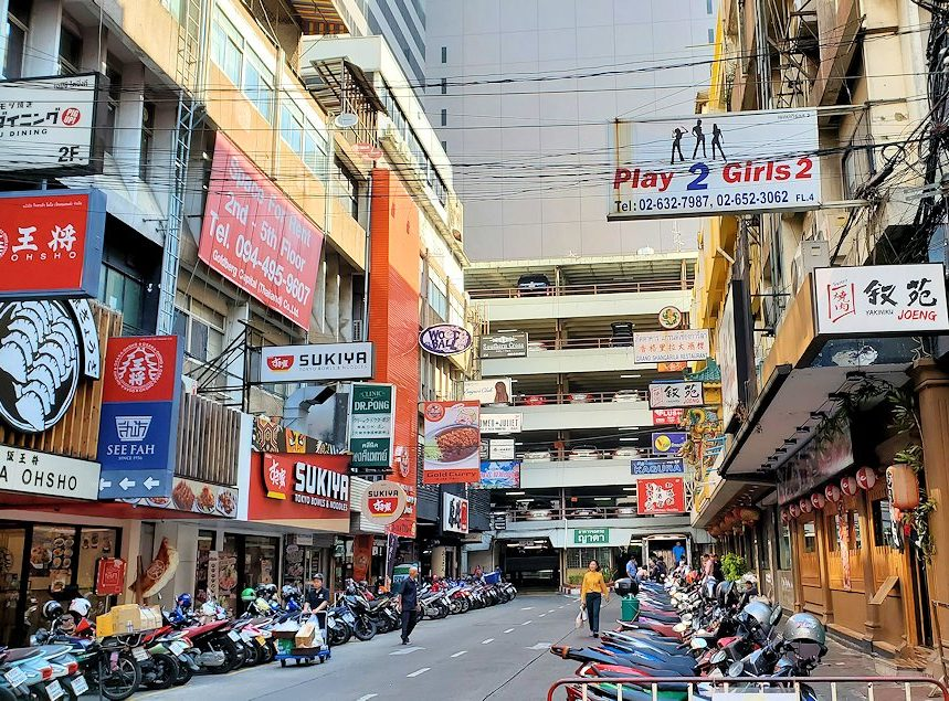 バンコク市内のタニヤ通にはこのように日本人街があり、まるで日本のような光景が見られます-2