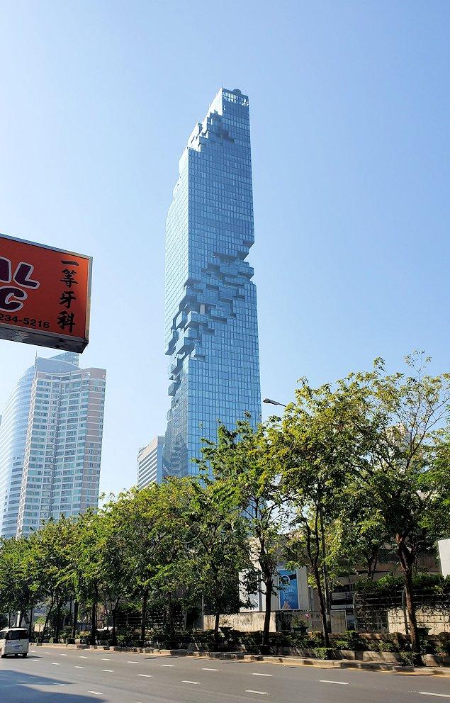 バンコク市内でも2番目に高い、314mの高さを誇る「キングパワー・マハナコーンビル」(King Power MahaNakhon)を眺める