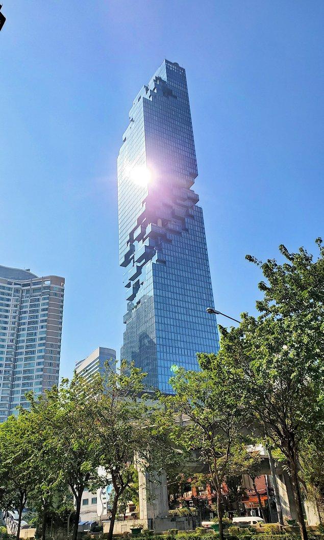 バンコク市内でも2番目に高い、314mの高さを誇る「キングパワー・マハナコーンビル」(King Power MahaNakhon)に近づく