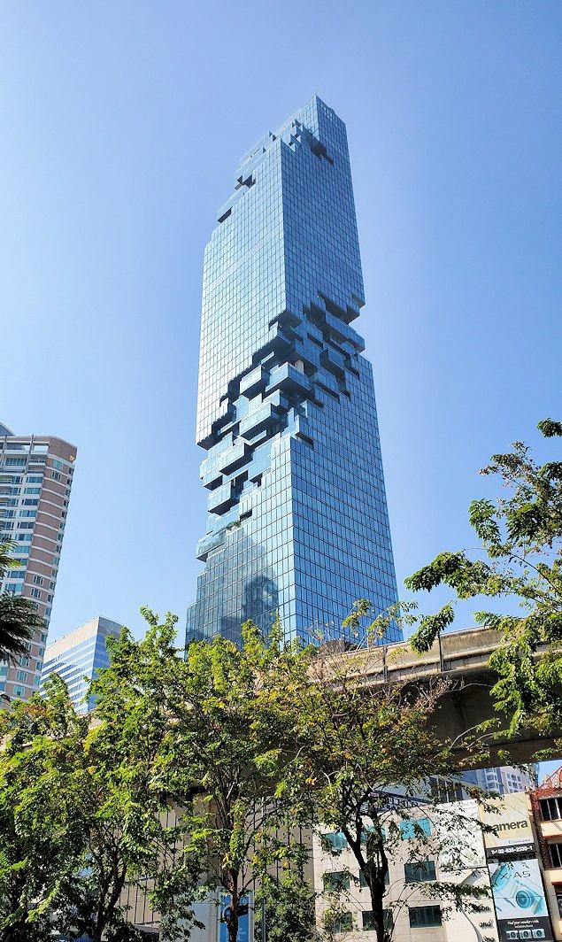 バンコク市内でも2番目に高い、314mの高さを誇る「キングパワー・マハナコーンビル」の足元に近づく