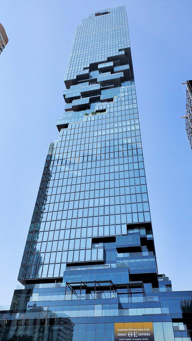 バンコク市内でも2番目に高い、「キングパワー・マハナコーンビル」前に到着し、真下からビルを見上げる