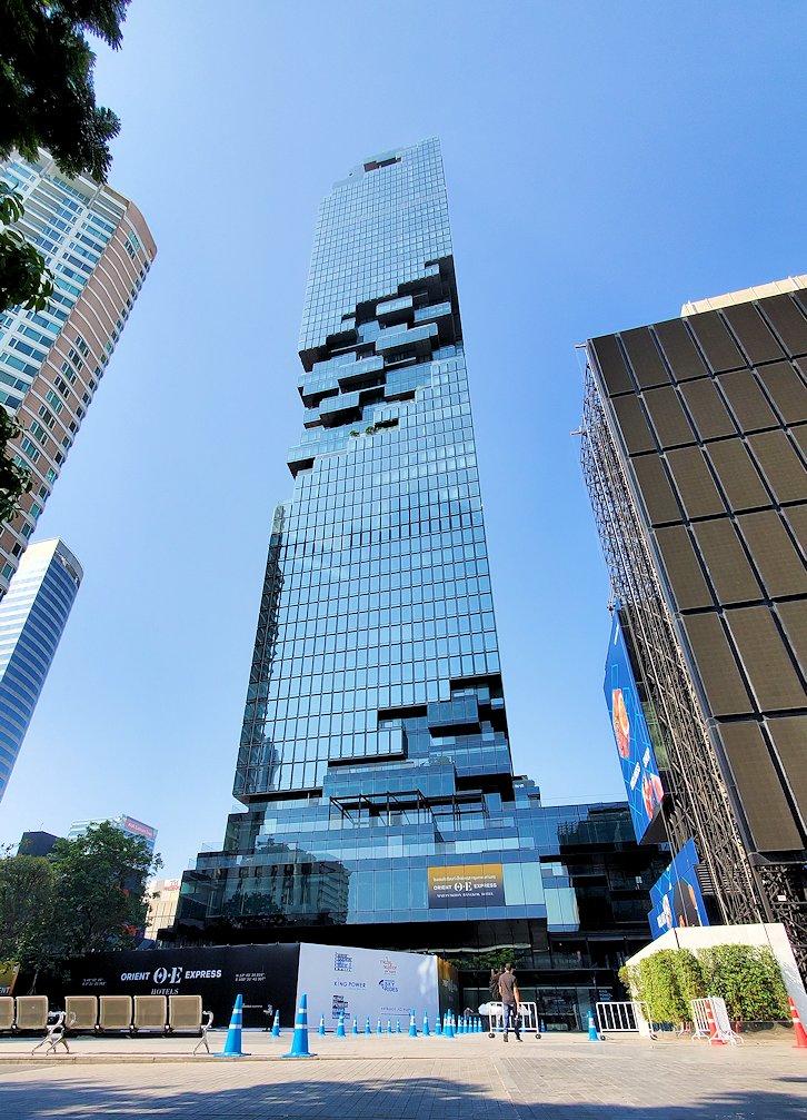 バンコク市内でも2番目に高い、「キングパワー・マハナコーンビル」前に到着し、真下からビルを見上げる-2