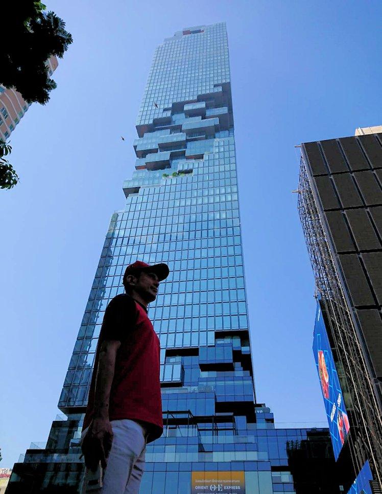 バンコク市内でも2番目に高い、「キングパワー・マハナコーンビル」前に到着し、真下からビルを見上げて記念撮影をする-2