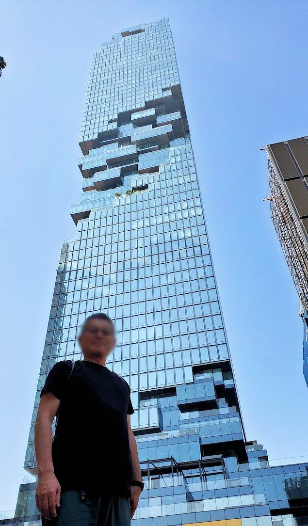 バンコク市内でも2番目に高い、「キングパワー・マハナコーンビル」前に到着し、真下からビルを見上げて記念撮影をする