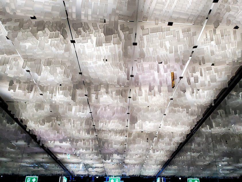 バンコク市内でも2番目に高い「キングパワー・マハナコーンビル」に到着し、チケットを買い奥へと進む廊下の天井