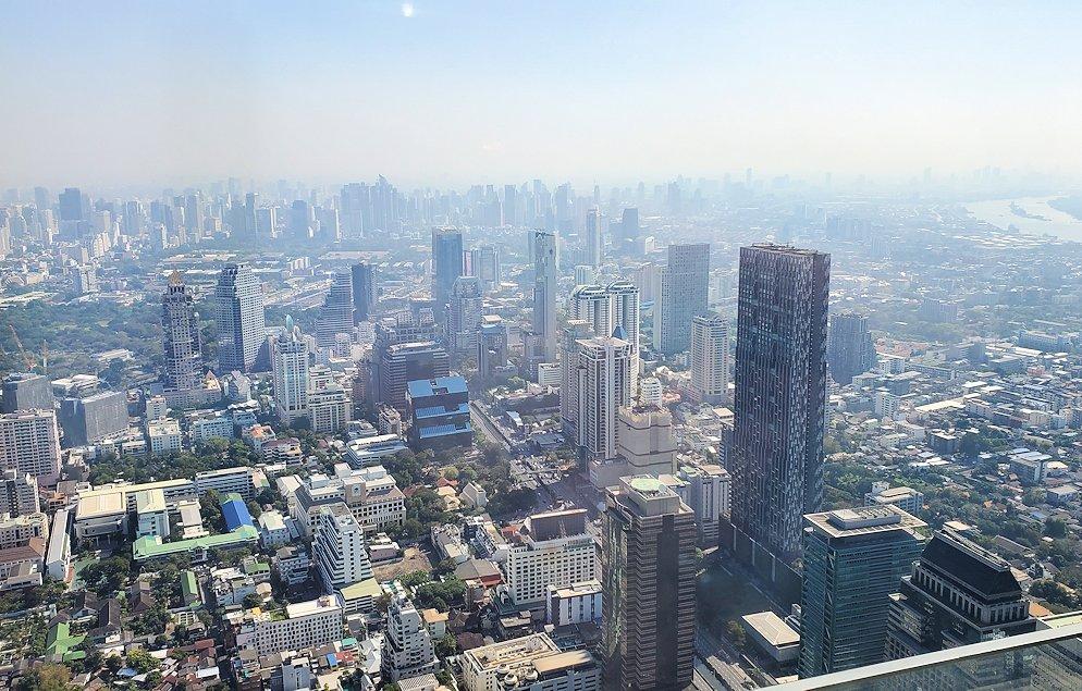 「キングパワー・マハナコーンビル」の74階展望フロアから見えるバンコク市内の景色