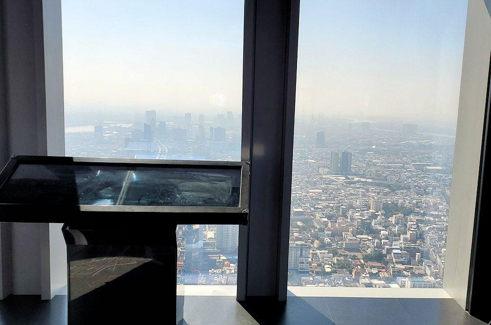 「キングパワー・マハナコーンビル」の74階展望フロアの様子です