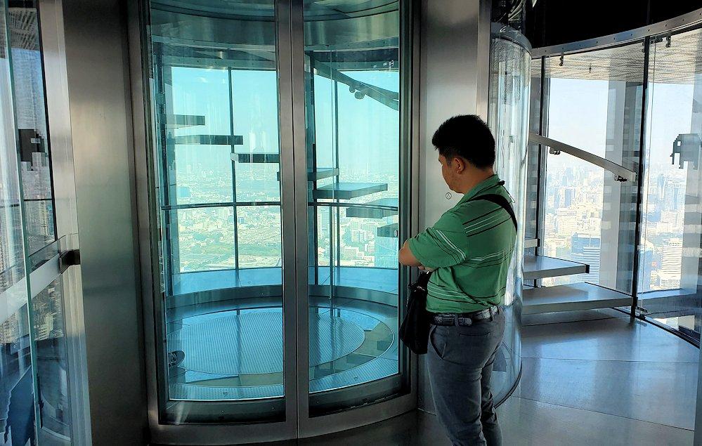 「キングパワー・マハナコーンビル」の展望フロアから上に昇るエレベーター