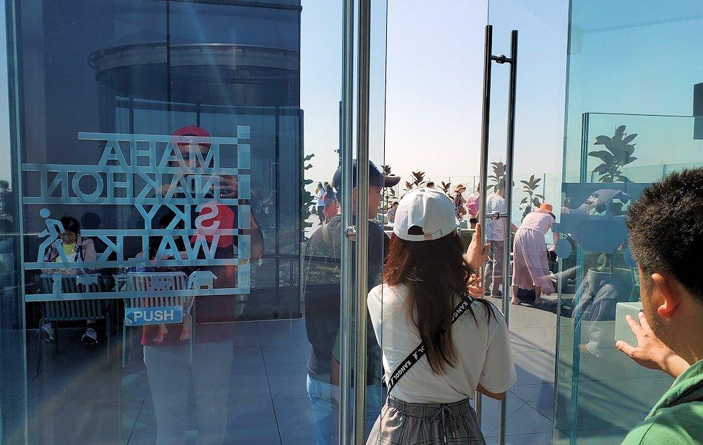 「キングパワー・マハナコーンビル」の屋外展望デッキに昇る