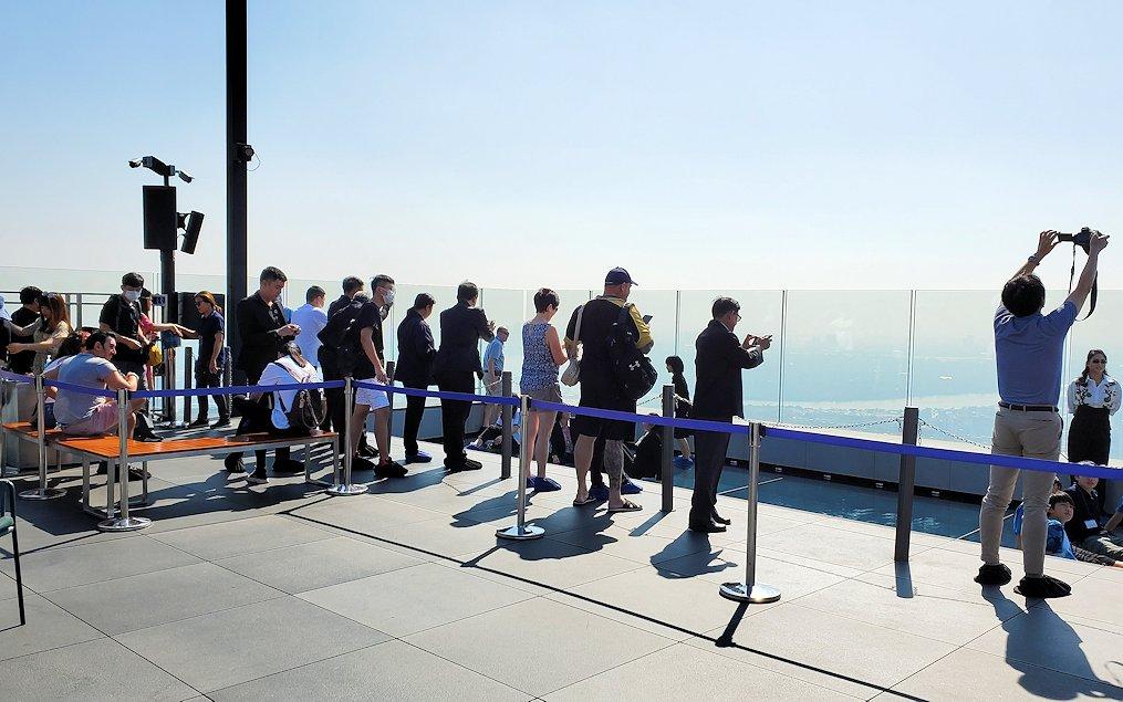 「キングパワー・マハナコーンビル」の屋外展望デッキには観光客が沢山います