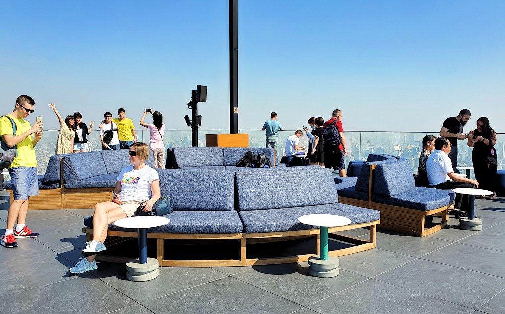 「キングパワー・マハナコーンビル」の屋外展望デッキの一番高い場所にあったソファー