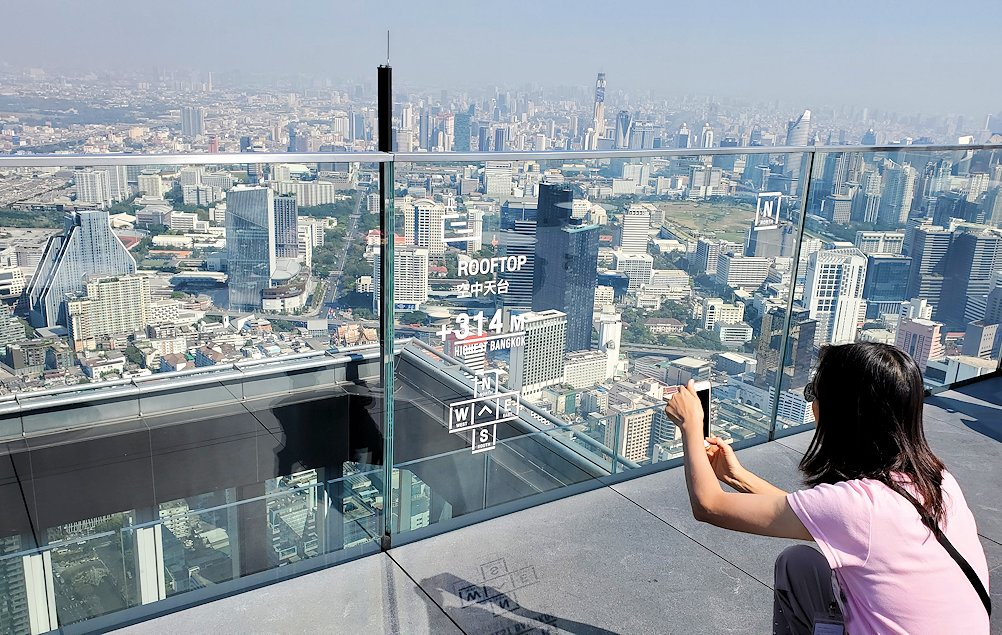 「キングパワー・マハナコーンビル」の屋外展望デッキの一番高い場所314mからの眺め