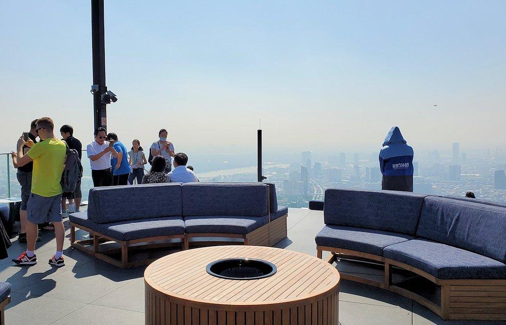 「キングパワー・マハナコーンビル」の屋外展望デッキの一番高い場所314mからの眺め-2