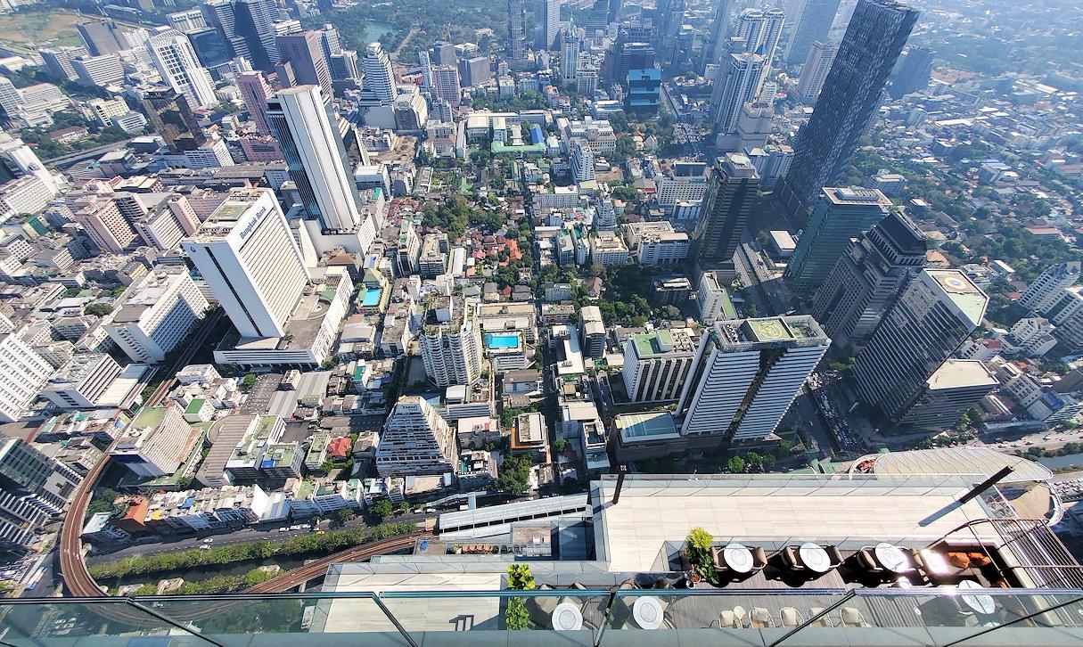「キングパワー・マハナコーンビル」の屋外展望デッキの一番高い場所314mからの眺め-4