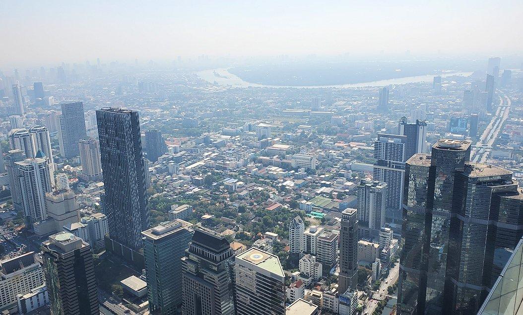 「キングパワー・マハナコーンビル」の屋外展望デッキの一番高い場所314mからの眺めるバンコク市内の景色
