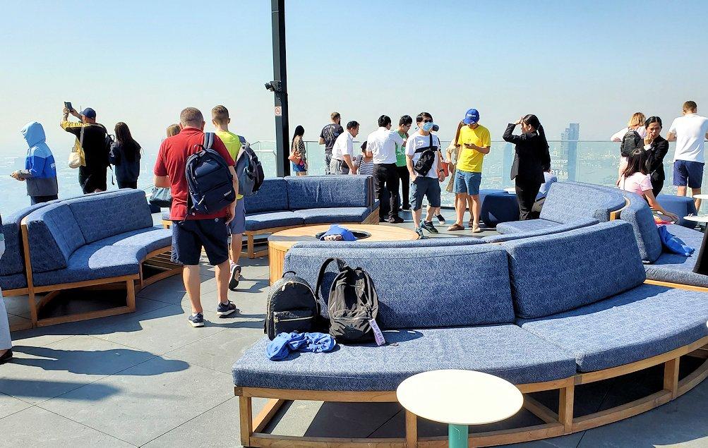 「キングパワー・マハナコーンビル」の屋外展望デッキの一番高い場所の雰囲気