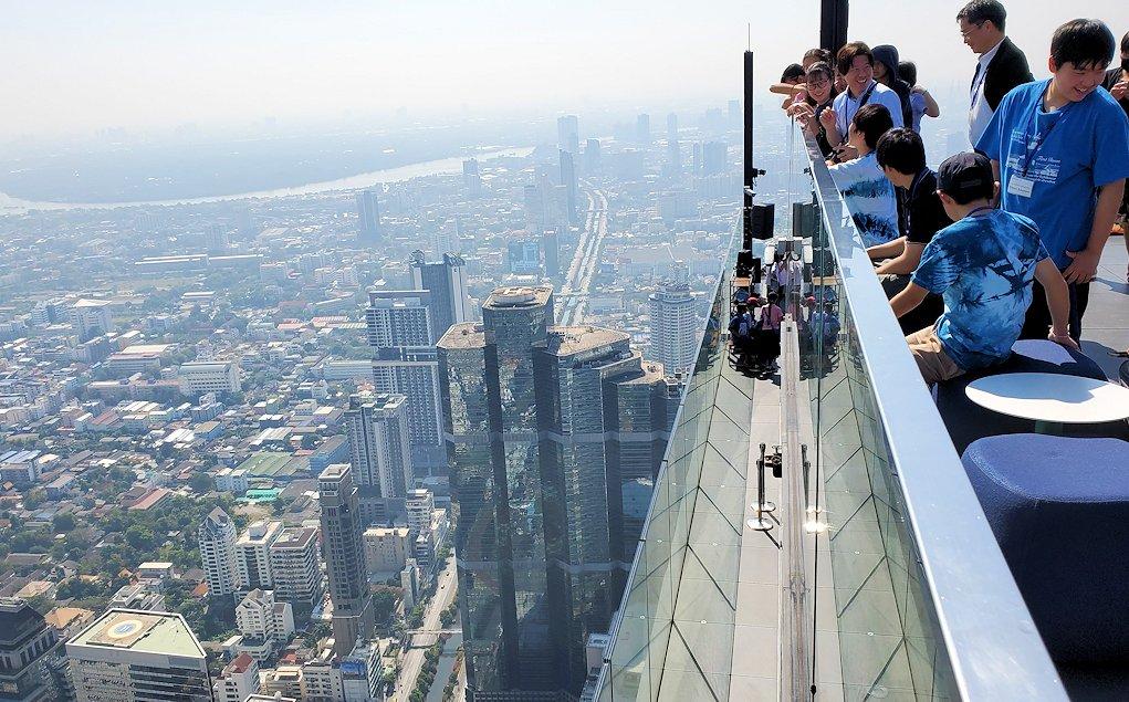 「キングパワー・マハナコーンビル」の屋外展望デッキの一番高い場所の雰囲気-2