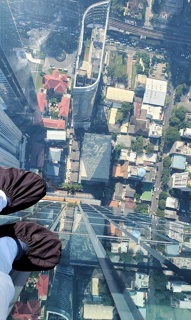 キングパワー・マハナコーンビルの屋外展望台にある、足元がガラスのスカイウォーク展望台から下を見る
