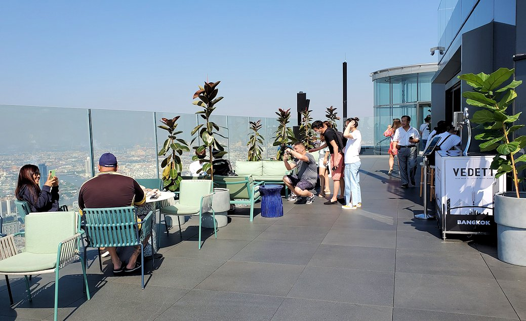 キングパワー・マハナコーンビルの屋外展望台に集う人達